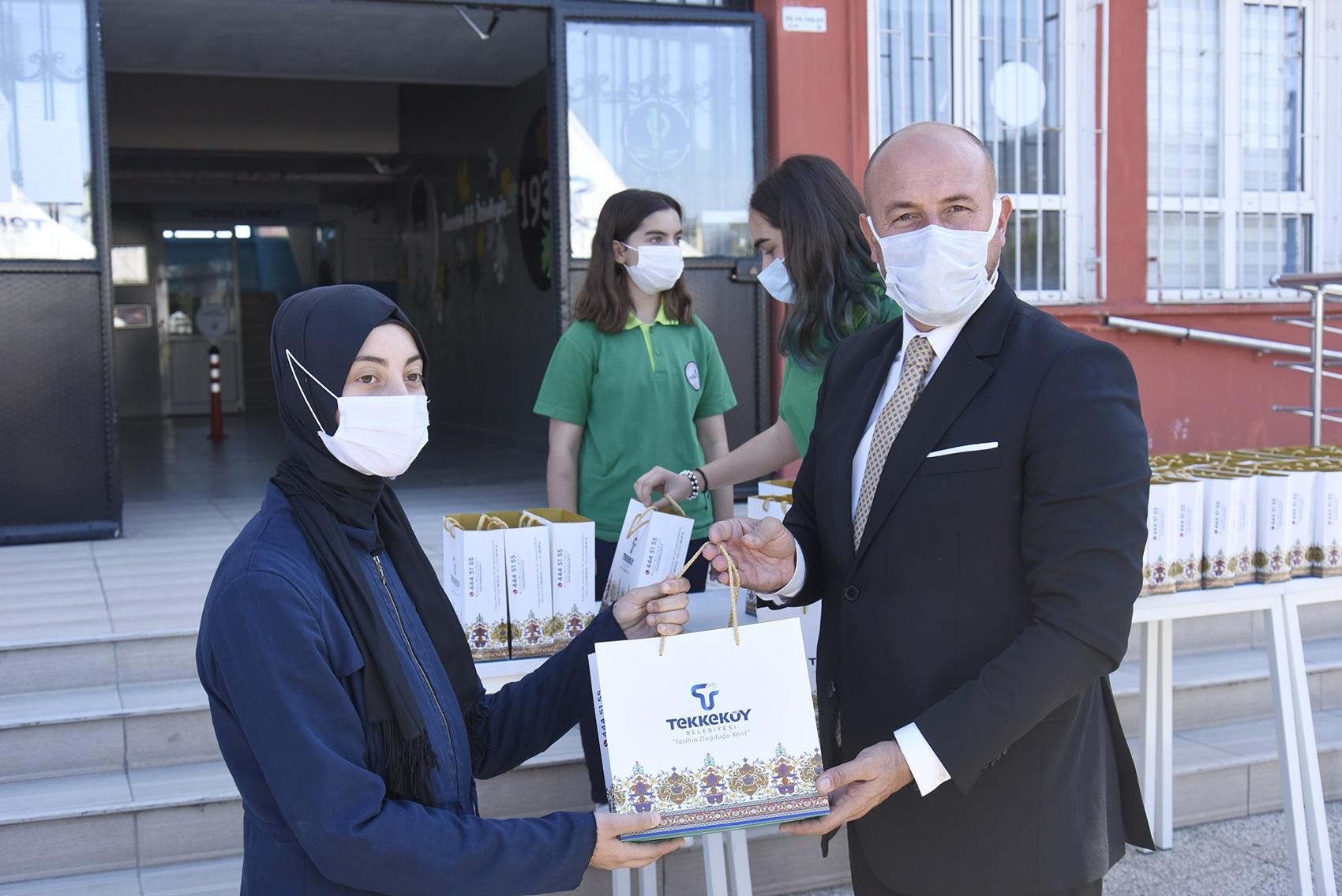 Tablet Dağıttı… Alkışlar Tekkeköy Belediye Başkan'ı Hasan Togar'a